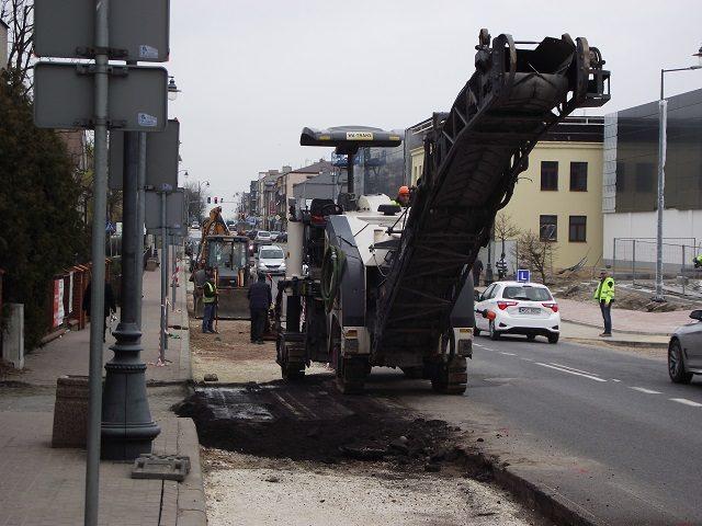 9aec81d9ab Zakończono prace związane z budową na ulicy Traugutta lewoskrętu do  powstającego marketu Lidl. Przy okazji przebudowano również uliczkę  prowadzącą na tyły ...
